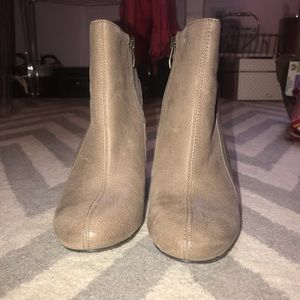 Vince Camuto size 9 taupe tan brown booties EUC